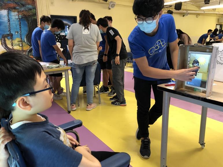 香港理工大學本年度透過運用資訊科技到敝校進行「SERVICE LEARNING」服務, 讓學生透過實物圖片或製作簡單手作,啟動擴增實境(AR)並認識不同主題,提升學生對透過資訊科技進行學習的興趣。